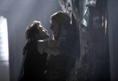Эдвард пытается убить Джеймса.