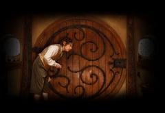 Бильбо у двери в своем домике