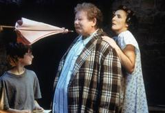 Хагрид угрожает Дурслям розовыз зонтиком