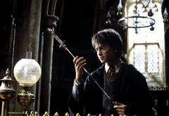 Гарри рассматривает меч Гриффиндора