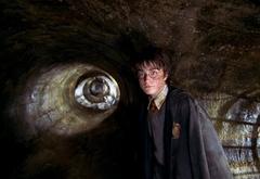 Гарри идет по канализации в Тайную Комнату
