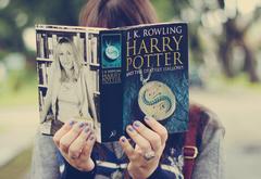 Девушка читает Гарри Поттера