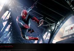 Человек-паук летящий над городом