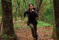 Китнисс Эвердин, бегущая по лесу