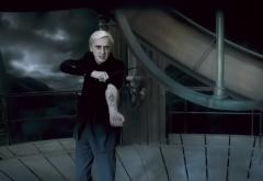 Драко Малфой показывает темную метку