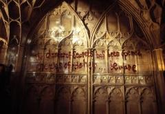 Надпись кровью на стене