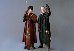 Гарри и Драко в костюмах для квиддича и с метлами