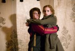 Гарри и Гермиона обнимаются